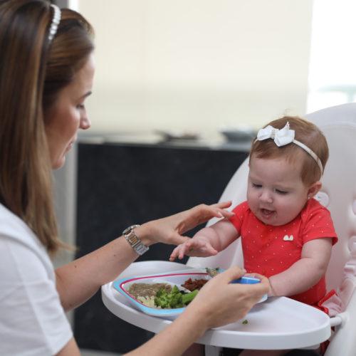 mae-com-bebe-feliz-durante-a-introducao-alimentar