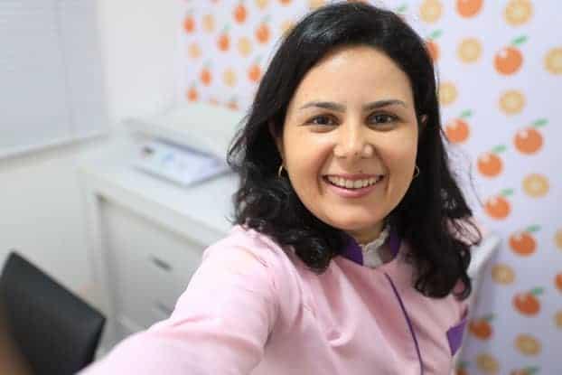 paula-stancari-nutricionista-materno-infantil-sorrindo-no-consultorio
