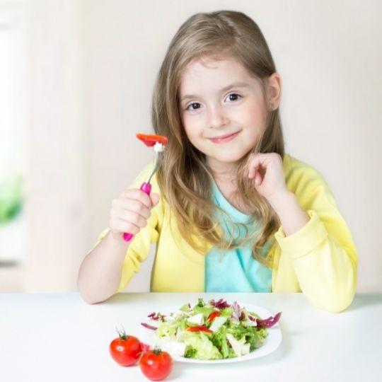 crianca-comendo-alimentos-saudaveis